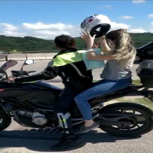 İzmitte motosikletli polis memuru sınava yetiştirdiği öğrenciye kendi kaskını verdi