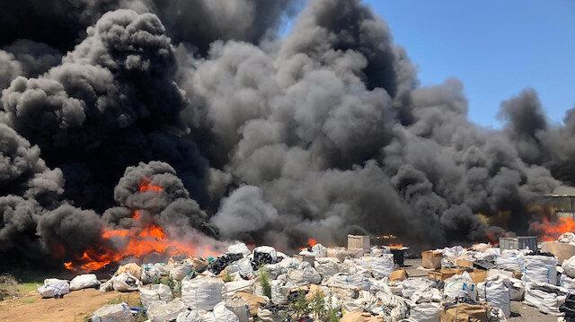 Bursa'da yangın çıkan geri dönüşüm tesisi kullanılamaz hale geldi: 3'ü itfaiyeci 10 kişi dumandan etkilendi