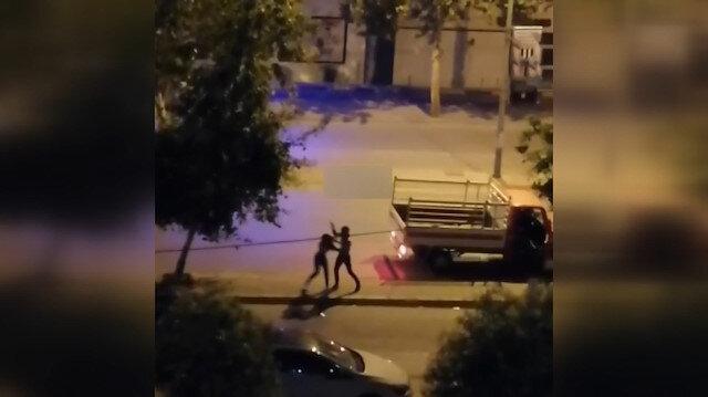 Sokak ortasında kız arkadaşını yumruk ve tokat atarak darp etti