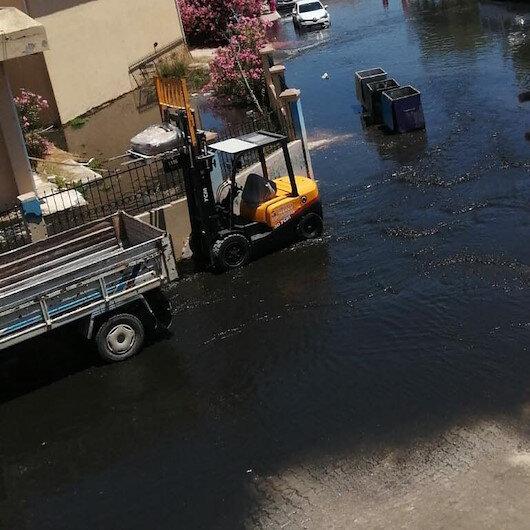 İzmir Çeşmedeki İZSU arıtma tesisinde boru patladı: Yol atık sularla dolarken etrafa pis koku yayıldı
