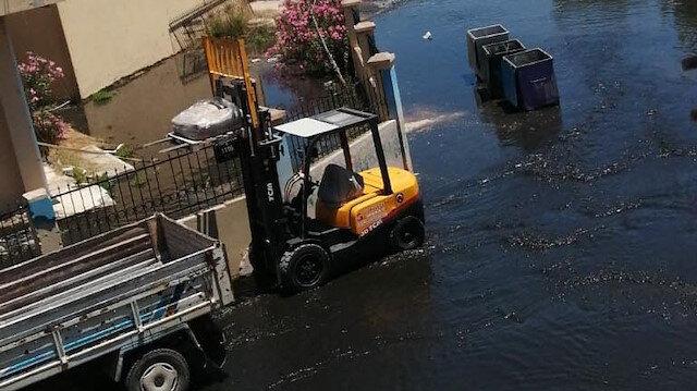 İzmir Çeşme'deki İZSU arıtma tesisinde boru patladı: Yol atık sularla dolarken etrafa pis koku yayıldı