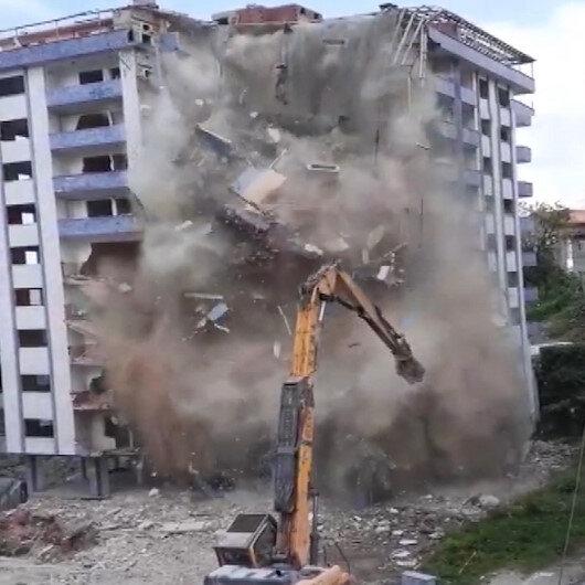 Rizede yıkımı yapılan bina aniden çöktü: İş makinesi operatörü ölümden döndü