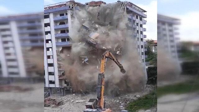 Rize'de yıkımı yapılan bina aniden çöktü: İş makinesi operatörü ölümden döndü