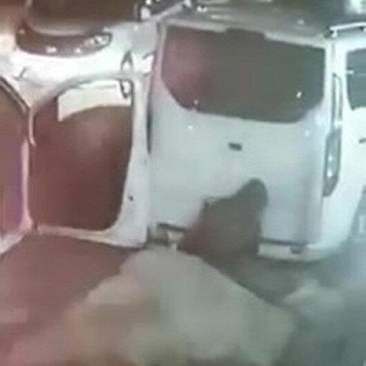 Minibüsün altındaki stepne lastiği söküp çaldı