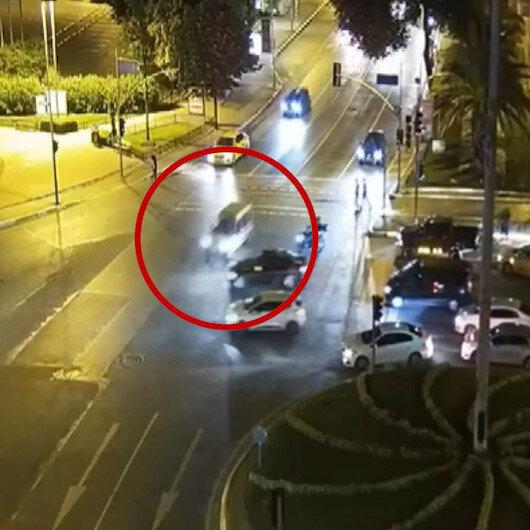 Fatihte kırmızı ışıkta geçen otomobil iki araca vurarak savruldu