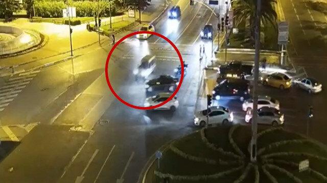 Fatih'te kırmızı ışıkta geçen otomobil iki araca vurarak savruldu