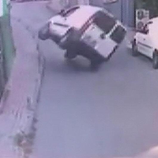 İstanbul'da ilginç kaza: Kaldırıma çarpıp devrildi