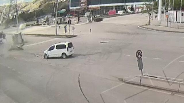 Çankırı'daki feci kaza kamerada: Trafik önce araca sonra trafik ışıklarına çarpıp takla attı