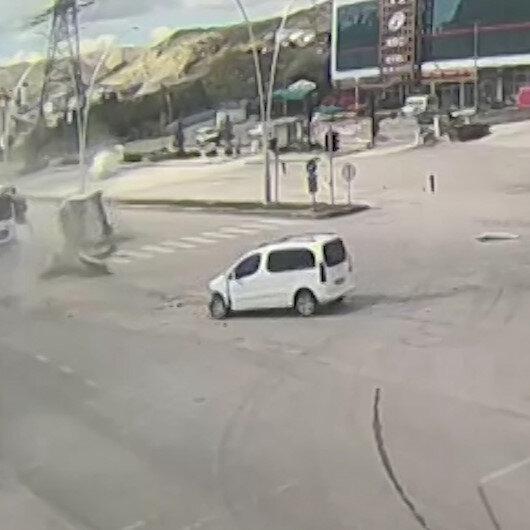 Çankırıdaki feci kaza kamerada: Trafik önce araca sonra trafik ışıklarına çarpıp takla attı