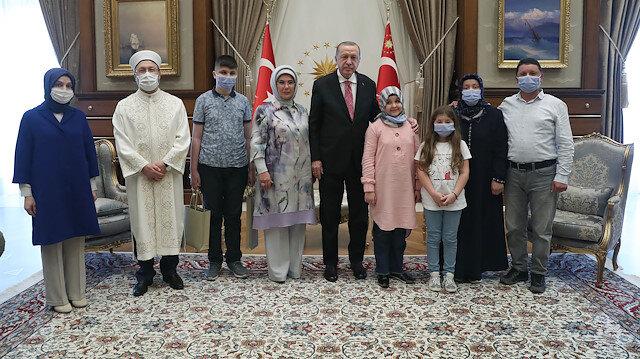 Cumhurbaşkanı Erdoğan, 12 ayda Kur'an-ı Kerim'i ezberleyerek hafız olan Ravzanur'u kabul etti