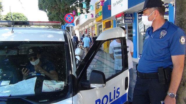 Bursa'da maske uygulaması: Polisler kurala uymayanlara hem ceza kesti hem de maske verdi