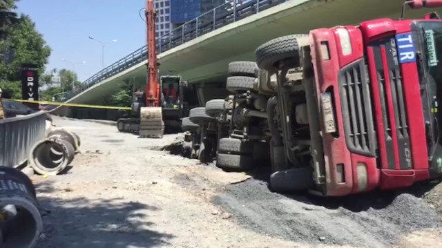 Bakırköy'de çöken yolda hafriyat kamyonu devrildi
