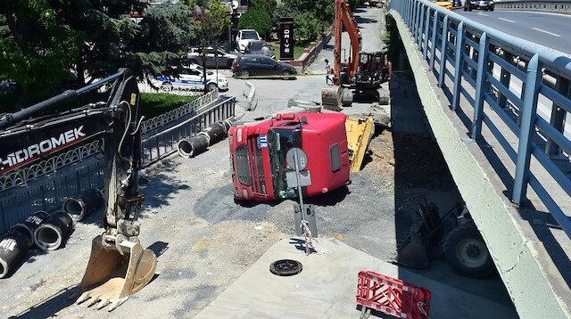 Bakırköy'de yol çöktü: Hafriyat kamyonu devrildi