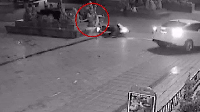 Otomobille çarpışan motosikletli sürücü kendini bankta otururken buldu