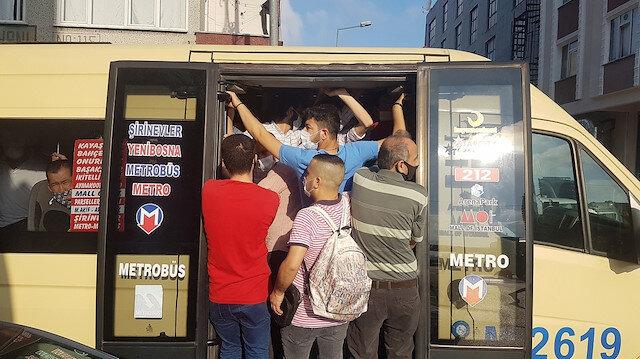 İstanbul'da minibüslerde maskeli izdiham: Kapılardan sarkanlar, fazla yolcudan yan yatan araçlar