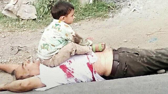 Keşmir'de öldürülen dedesinin göğsünün üzerine oturan 3 yaşındaki çocuk: Dedemi polis öldürdü