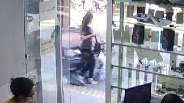 Manisa'da otomobilin kaldırımda yürüyen kadına çarptığı anlar kamerada