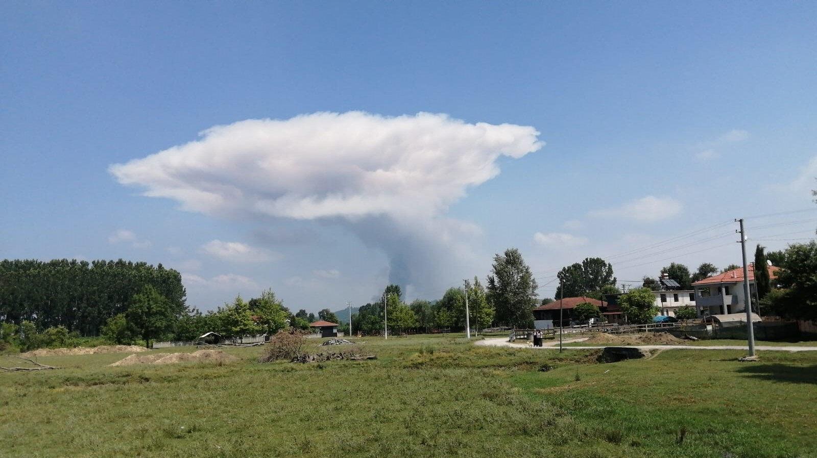Sakarya'nın Hendek ilçesindeki havai fişek fabrikasında patlama meydana geldi.