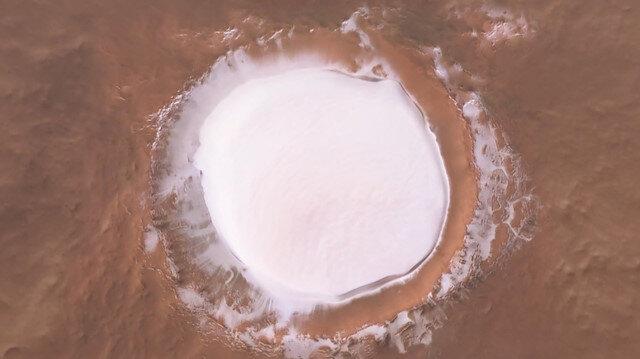Mars'taki buzla kaplı krater havadan görüntülendi
