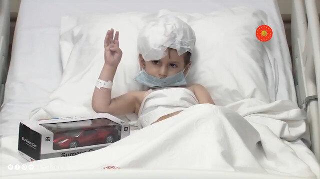 Cumhurbaşkanı Erdoğan, beyin tümörü ameliyatı geçiren Abdulkadir ile selamlaştı