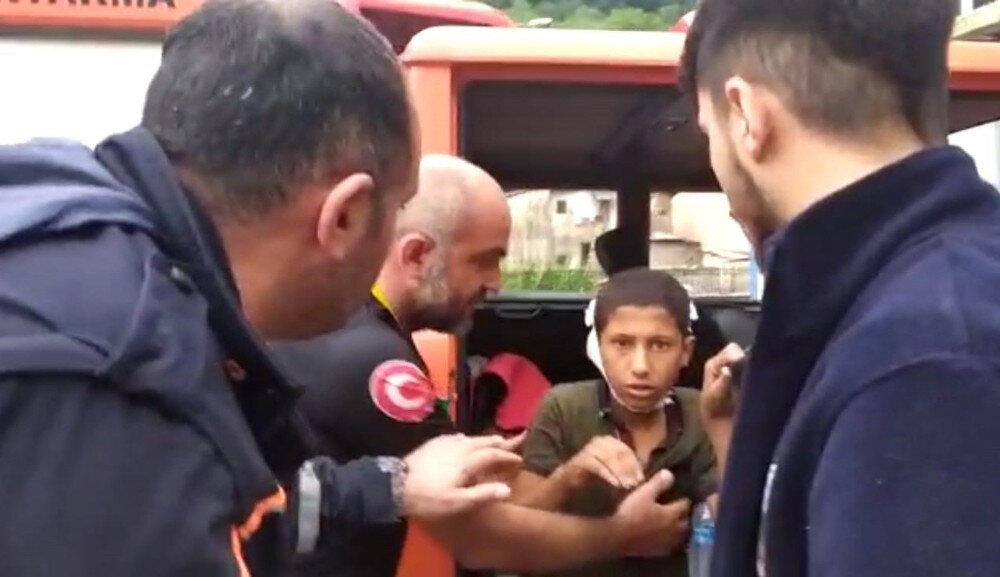 11 yaşındaki İmam Can Kaya'nın düşmeden dolayı açılan kafası hastanede kontrol edildi.