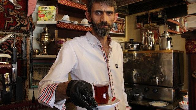 Erzurumlu çaycıdan koronavirüse karşı tedbir: Müşteriye özel isimli çay bardağıyla servis yapıyor