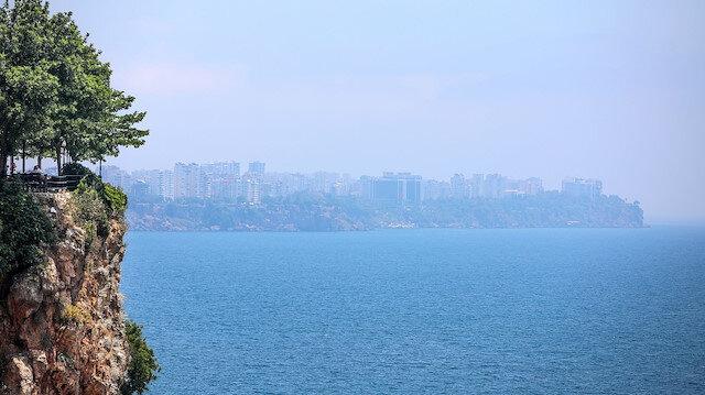 Antalya'yı nem bulutları kapladı: Sıcak havadan bunalanlar ise sahillere akın etti