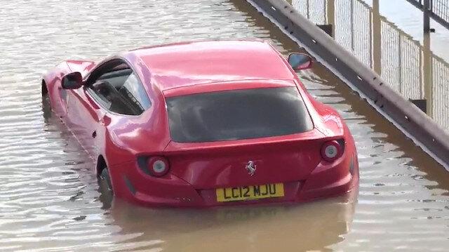 Londra'da su borusunun patlamasıyla otomobiller mahsur kaldı
