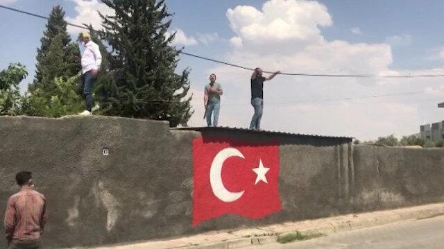 Evini yıktırmamak için eline silah alıp çatıya çıktı: 'Mehmet Yılmaz ölür, bu bayrak sonra buradan kalkar, başka çaresi yok' dedi