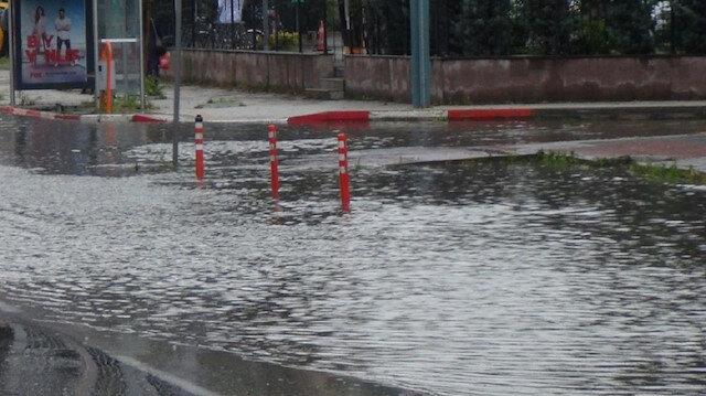 Sağanak yağış İnegöl'de yolları göle çevirdi: Evler sular altında kaldı