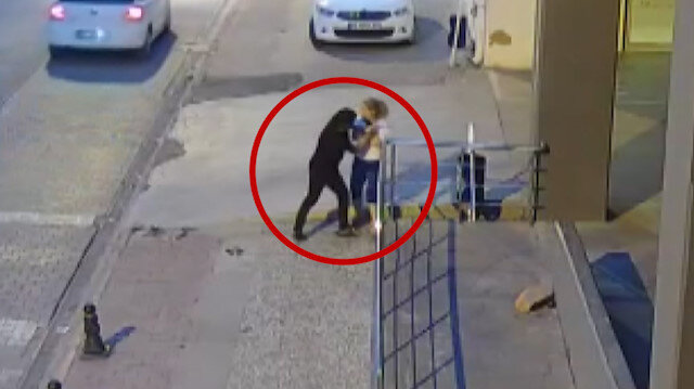 Kapkaççıyla uzun süre boğuşan kadın cep telefonunu kurtaramadı