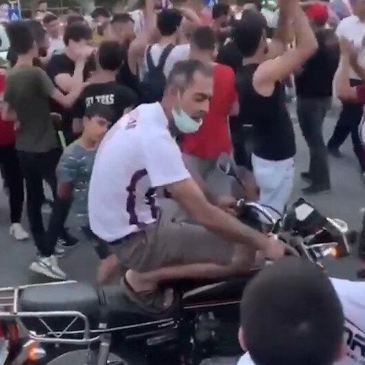 Hataysporun Süper Lige çıkmasını kutlayan vatandaşlardan biri motosikletinin üzerine çıkarak kendinden geçti