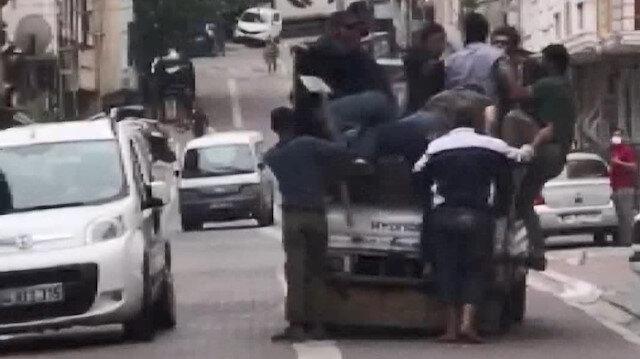 Esenyurt'ta bir kamyonet dolusu adamla kovaladıkları kişiyi yakalayıp bıçakladılar