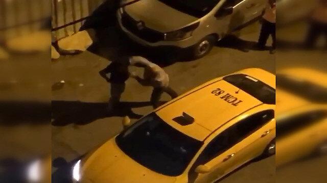 İstanbul'da bir taksici tartıştığı alkollü müşterisini 2 yumrukla yere serdi