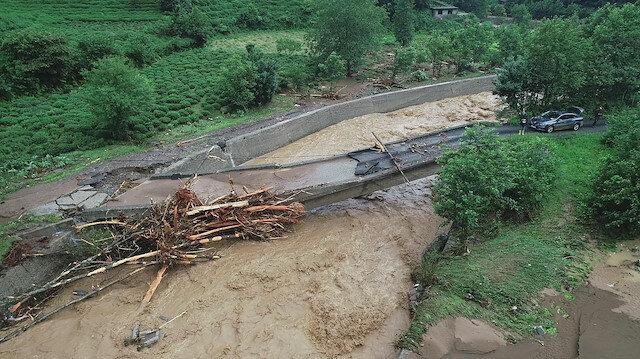 Rize'de sel hasarı gün ağarınca ortaya çıktı: Evler çöktü, köprü yıkıldı...