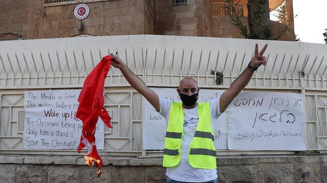 Alçaklar Türk bayrağını yakıp poz verdi: Ayasofya'nın açılmasına karşı çıkan gruptan çirkin provokasyon