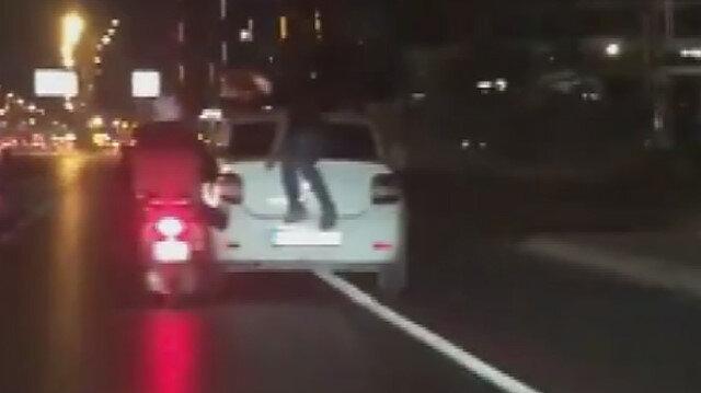 E-5'te şaşırtan görüntü: Bir kişi motosikletle otomobili iterken diğeri bagaj kapağına oturdu