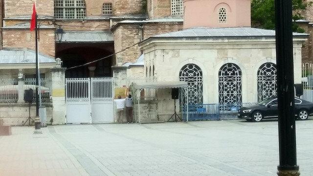 Ayasofya Camii girişinde müzeye ilişkin tabela kaldırıldı