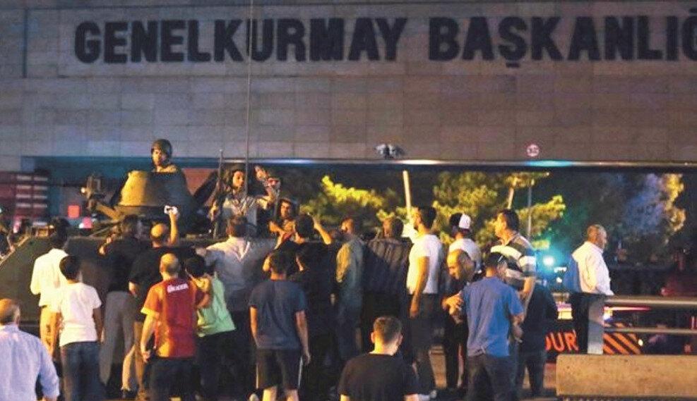 Genelkurmay Başkanlığında silah sesleri duyulması üzerine binlerce vatandaş Genelkurmay önüne akın etti.