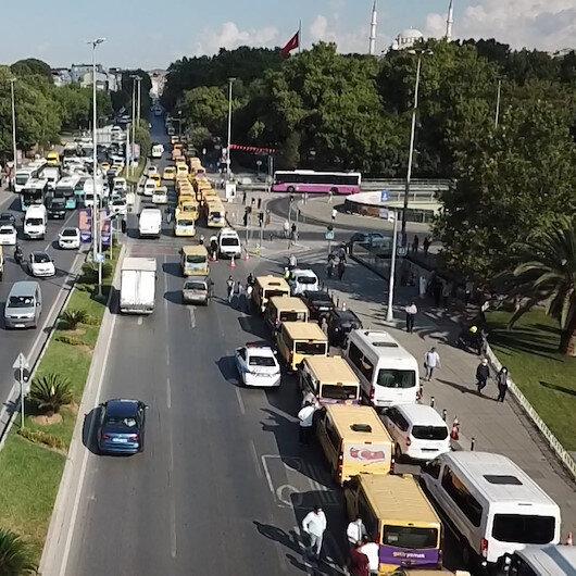 Çok sayıda dolmuş şoförü yolcu sayısının azalması nedeniyle İBB önünde eylem yapıyor