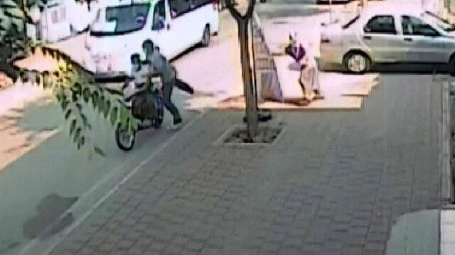 Yaşlı kadının, oğlunun düğünü için çektiği parayı çalan kapkaççılar kamerada