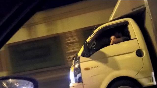 Kucağında çocukla kamyonet kullanan sürücü kamerada