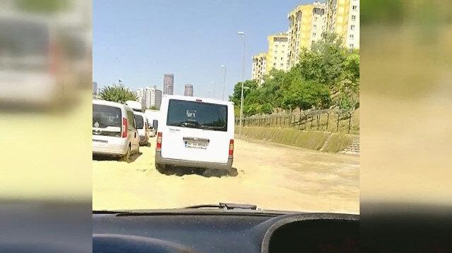 Halkalı'da su borusu patladı: Yollar göle döndü, araçlar zor anlar yaşadı