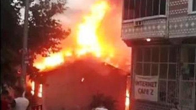 Bursa'da iki katlı bina alevler içinde kaldı