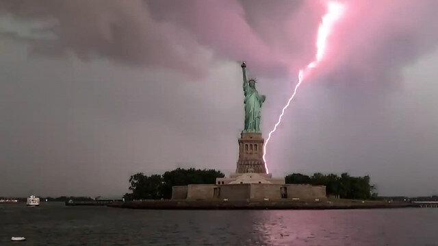 New York'ta Özgürlük Heykeli'ne yıldırım düştüğü anlar kamerada