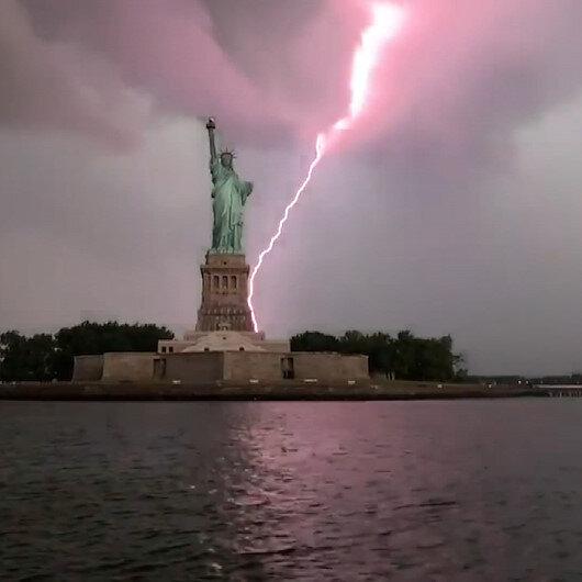 New Yorkta Özgürlük Heykeline yıldırım düştüğü anlar kamerada