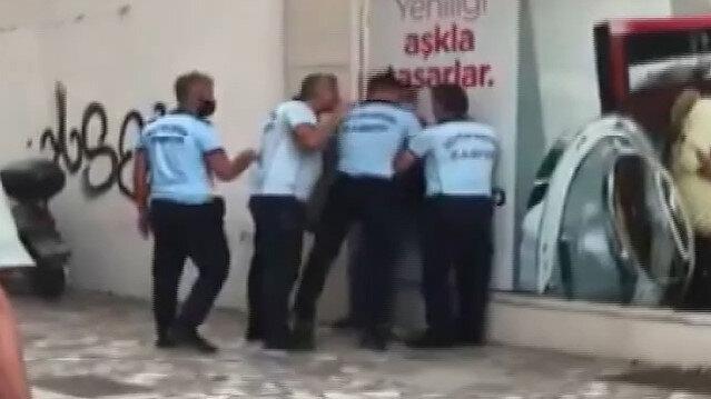 Antalya'da zabıtalar duvara yasladıkları seyyar satıcıyı sokak ortasında dövdü
