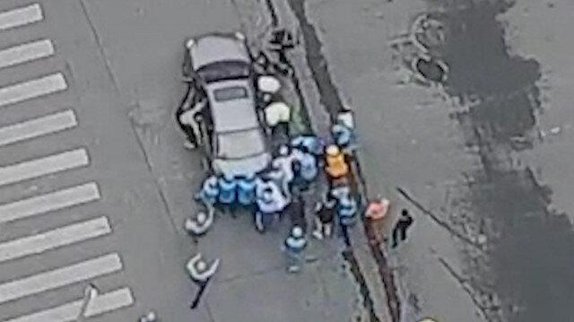 Kuryeler, aracın altında kalan kadını kurtarmak için seferber oldu