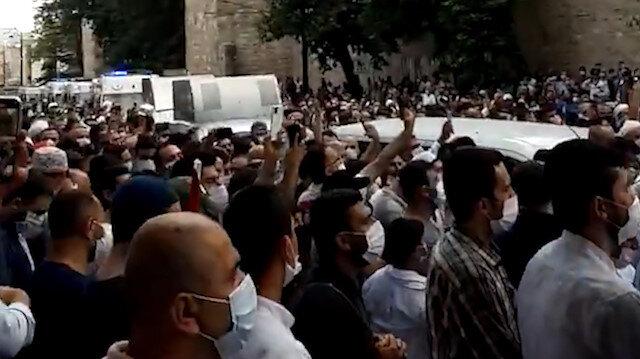Vatandaşlar salavatlarla Ayasofya Camii'ne ilerliyor