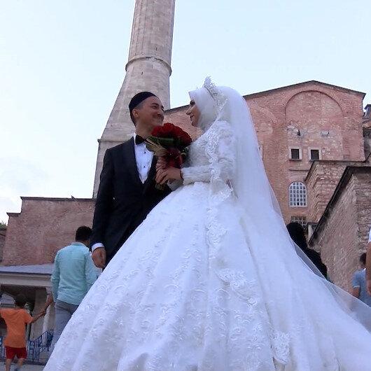 Almanyada evlenecek olan çift önce gelinlik ve damatlıkla Ayasofya Camisine geldi